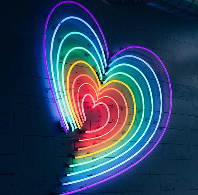 Ein Herz aus bunten Neonlichtern.