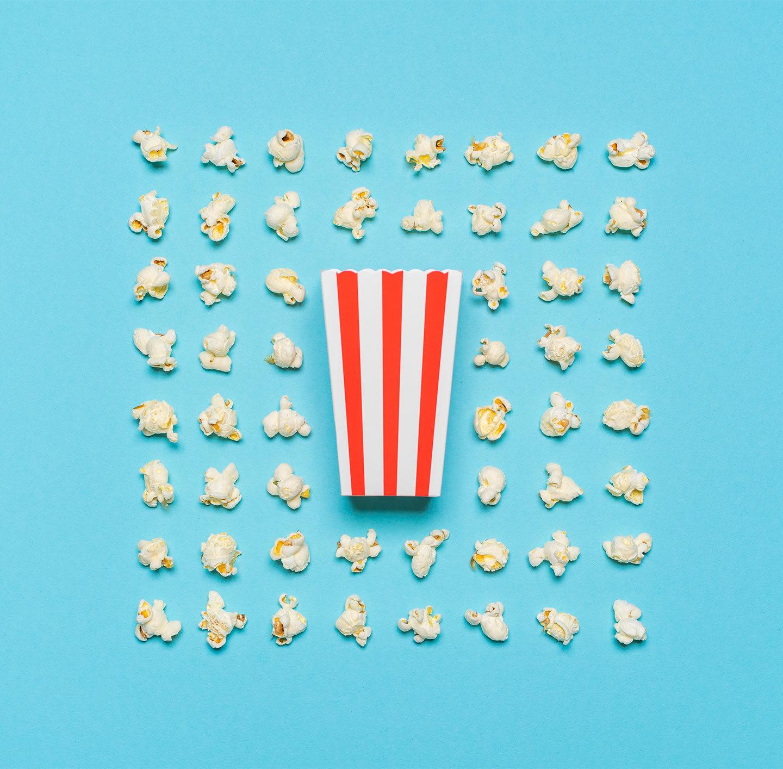 Eine Popcorntüte, das Popcorn ist rundherum ordentlich angeordnet.