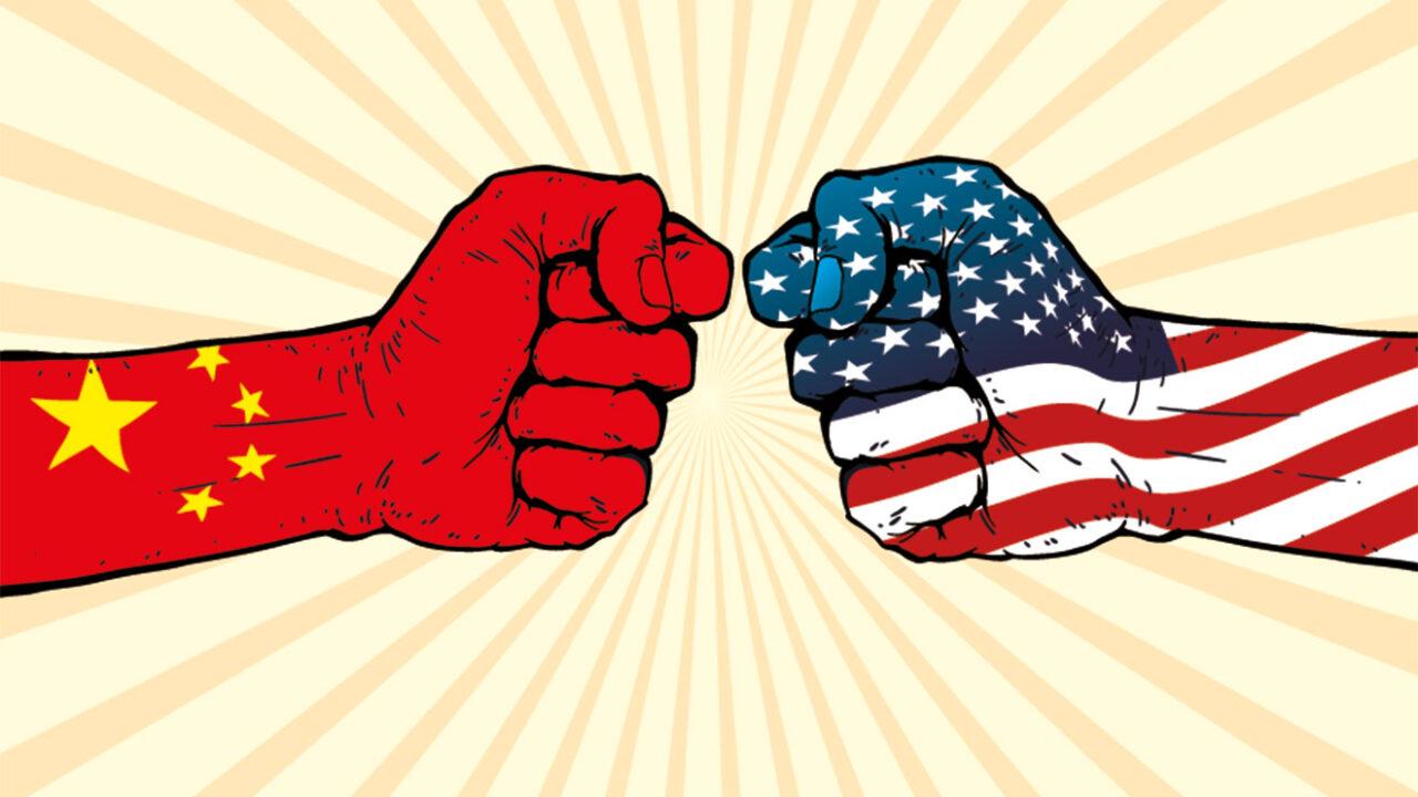 Illustration von zwei Fäusten, eine trägt die Farbe der chinesischen Flagge, die andere die Farben der Flagge der USA.